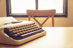 Máquina de escribir del vintage en el escritorio de madera Fotos de archivo