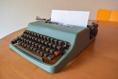 Máquina de escribir del vintage en tonos del color verde fotos de archivo