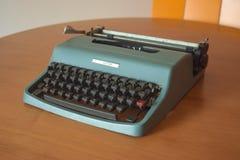 Máquina de escribir del vintage en tonos del color verde imagenes de archivo