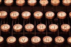 Máquina de escribir del vintage que espera una novela Foto de archivo libre de regalías