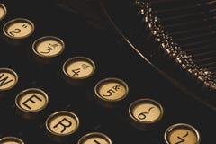 Máquina de escribir del vintage que espera una novela Imagen de archivo libre de regalías