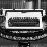 Máquina de escribir en la tabla vieja foto de archivo