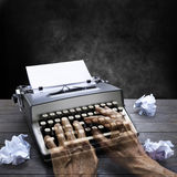 Máquina de escribir Hands Business autor fotos de archivo