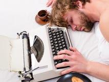 Máquina de escribir pasada de moda usada escritor El autor despeinó el pelo se cae dormido mientras que escriba el libro El traba imagen de archivo