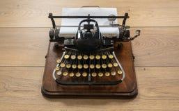 Máquina de escribir portátil del vintage antiguo con el teclado no qwerty Imagen de archivo libre de regalías