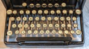 Máquina de escribir portátil del vintage antiguo con el teclado qwerty Foto de archivo libre de regalías