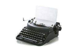 Máquina de escribir portable de la vendimia con el papel Foto de archivo libre de regalías