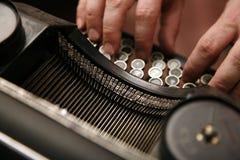 Máquina de escribir retra en trabajo Fotos de archivo
