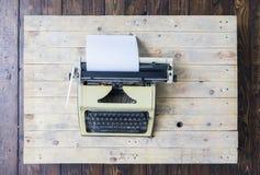 Máquina de escribir retra en un fondo de madera del vintage Imágenes de archivo libres de regalías