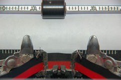 Máquina de escribir tradicional con la cinta y el papel Imagenes de archivo