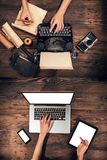 Máquina de escribir vieja con el ordenador portátil, concepto de viejo y de nuevo Fotografía de archivo
