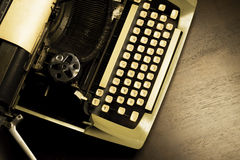 Máquina de escribir vieja con el papel fotografía de archivo libre de regalías