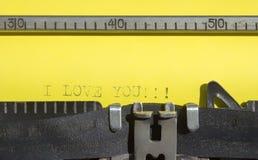 Máquina de escribir vieja con el papel amarillo - te amo Fotografía de archivo libre de regalías