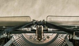 Máquina de escribir vieja del vintage con el papel en blanco Primer Imagen de archivo libre de regalías