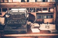 Máquina de escribir vieja del vintage del escritorio Foto de archivo libre de regalías