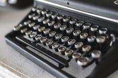 Máquina de escribir vieja del vintage en la tabla de madera Imagen de archivo