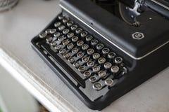 Máquina de escribir vieja del vintage en la tabla de madera Foto de archivo libre de regalías