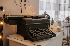 Máquina de escribir vieja del vintage en un interior blanco Fotos de archivo libres de regalías