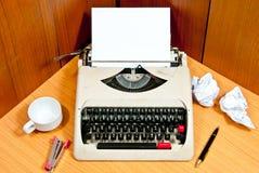 Máquina de escribir vieja en la oficina Imagenes de archivo