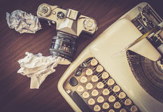 Máquina de escribir vieja en la tabla de madera vieja con la cámara vieja del café Foto de archivo