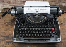 Máquina de escribir vieja a partir de años 70 con el espacio del papel y de la copia Feliz Año Nuevo 2018 Imagen de archivo
