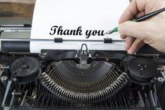 Máquina de escribir vieja a partir de años 70 con el espacio del papel y de la copia Con la mano de la escritura y gracias observ Foto de archivo libre de regalías
