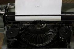 Máquina de escribir y cámara retras Foto de archivo libre de regalías