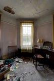 Máquina de escribir y muebles - apartamento abandonado de la montaña de Catskills, Nueva York del vintage fotos de archivo