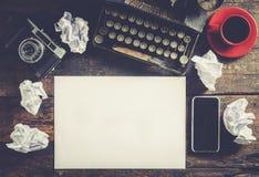 Máquina de escribir y papel en blanco Fotografía de archivo