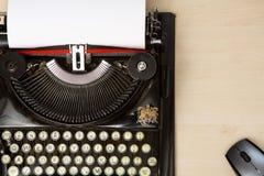 Máquina de escribir y ratón Imagen de archivo libre de regalías