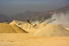 Máquina de esmagamento de pedra - montanha Paquistão da escala de sal fotografia de stock royalty free
