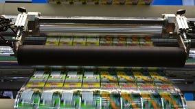 Máquina de etiquetado de alta velocidad en fábrica industrial Máquina para la etiqueta engomada en producto en la fabricación Emb almacen de video