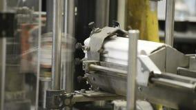 Máquina de etiquetado automática durante la operación metrajes