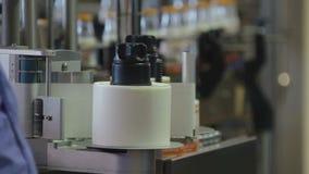 Máquina de etiquetado en la banda transportadora de la fábrica de la leche metrajes