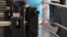 Máquina de etiquetado en la cadena de producción Productos lácteos que etiquetan en la fábrica de la lechería almacen de video