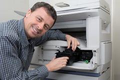 Máquina de fotocopia de la abertura del hombre del técnico Fotografía de archivo