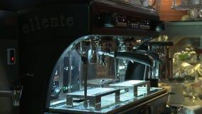 Máquina de funcionamiento del café de Barista en un café almacen de video