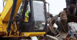 Máquina de funcionamiento 4k del excavador del trabajador de sexo masculino almacen de metraje de vídeo