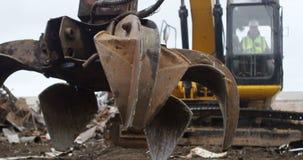 Máquina de funcionamiento 4k del excavador del trabajador de sexo masculino almacen de video