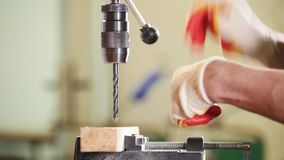 Máquina de furo industrial - o trabalhador faz furos na placa de metal vídeos de arquivo