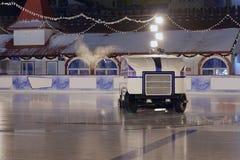 Máquina de gelo que trabalha no quadrado vermelho de pista de gelo Fotografia de Stock