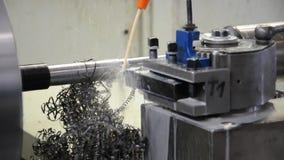 Máquina de giro do Cnc no trabalho - produção na indústria - detalhes vídeos de arquivo