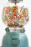Máquina de Gumball de un almacén viejo en 1950 Imágenes de archivo libres de regalías