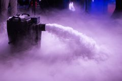 Máquina de humo baja del hielo seco con las manos encendido para casarse primero danza en restaurantes imagen de archivo