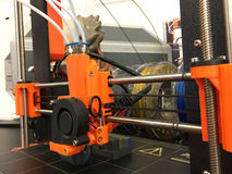 máquina de impressão 3d que imprime uma parte de plástico Foto de Stock Royalty Free