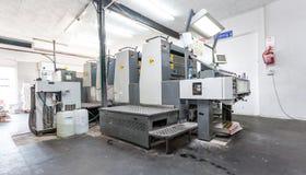 Máquina de impressão litográfica em uma oficina da impressão imagem de stock