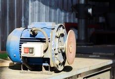 Máquina de la amoladora con la rueda del corte Foto de archivo libre de regalías