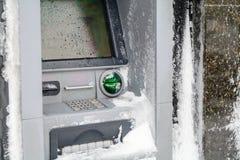 Máquina de la atmósfera cubierta con nieve Cubierta de máquina funcional de la atmósfera del banco Foto de archivo libre de regalías