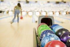 Máquina de la bola de bowling con el bowling de la mujer Foto de archivo