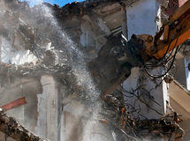 Máquina de la demolición del edificio Fotos de archivo libres de regalías